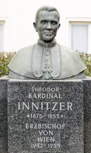 Kardinal_Innitzer_(Kardinal-Innitzer-Platz)_01