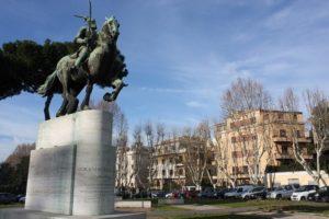 Piazza-Albania-e-il-Monumento-a-Scanderbeg