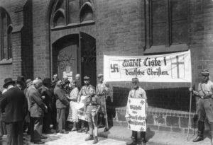 ADN-ZB/Archiv Kirchenwahl am 23.7.1933 in Berlin. Wahl in der Marien Kirche am Neuen Markt. Nazistische Wahlpropaganda unter Maske des Christentums.